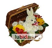 Зайчонок в сундучке с герберками из цветов