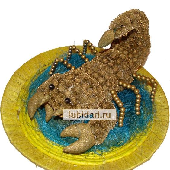 Современные толкователи положительно толкуют появление красивого золотого скорпиона – по мнению ряда восточных мудрецов, они предвещают счастье и благоприятное стечение обстоятельств.