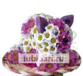 Котенок розовые пятнышки в лукошке из цветов