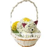 Котенок белокурый в корзинке из цветов