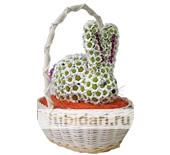 Зайчонок белый пух в корзинке из цветов
